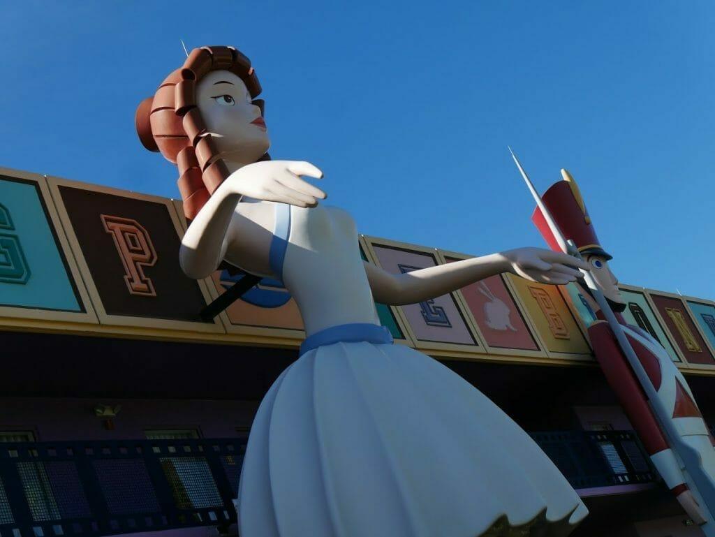 Large statue at Disney All Star-Movies resort